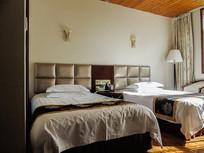 酒店双人床室内高清摄影图