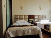 酒店温馨双人床室内高清摄影图