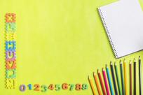桌上的铅笔和笔记本