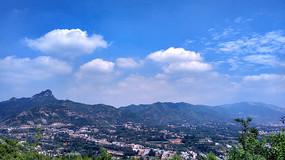 蓝天下的山村风景图