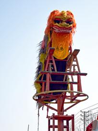 庙会上的高台舞狮