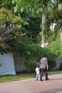 陈田公园的一对父女游客