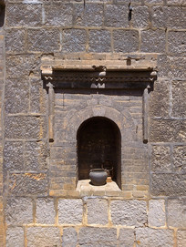 石头房上的神龛设计