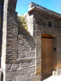 石头老宅和青砖墙