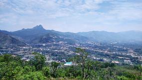 远处的村庄和高山
