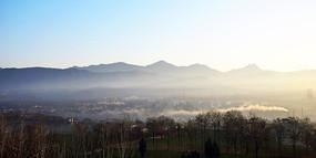 远处的朦胧雾气
