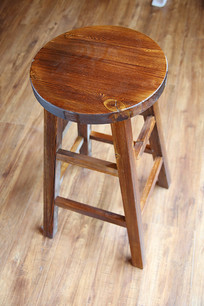 木制四脚圆凳