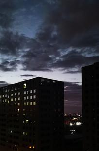 黄昏夜晚的高楼