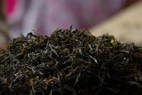 加工后精挑细选的古树茶叶