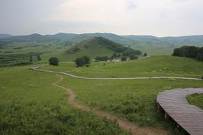草原山坡上的木栈道