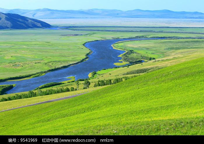 辽阔牧场 蓝色河流 图片