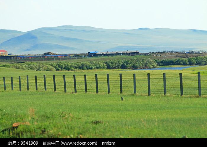 绿色原野边塞村庄图片