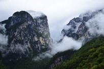 巴拉村对面云雾缭绕的山峰
