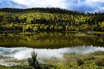 金秋时节的普达措属都湖