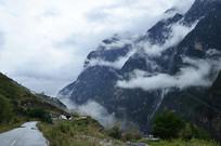 云雾缭绕的哈巴雪山