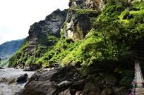 中虎跳峡岸边风景