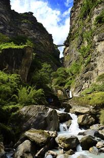 中虎跳峡岸边悬崖瀑布