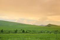 草原山坡黄昏