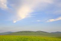 蓝天下的草原山坡