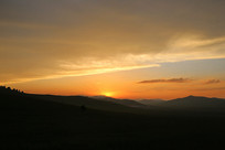 日落时火烧云和山峰剪影
