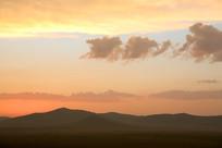 五彩云朵和远山剪影