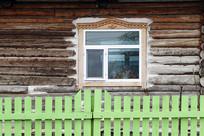 俄式木刻楞老房换上了新窗户
