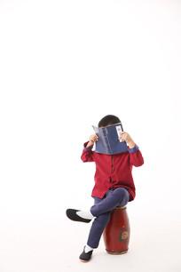 用书挡脸的孩子