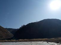 冬季蓝天下的山河