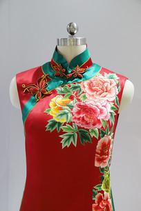 红色绣牡丹花无袖旗袍