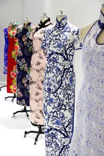 排列的旗袍模特架