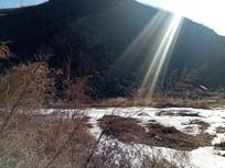 山旁的冰河