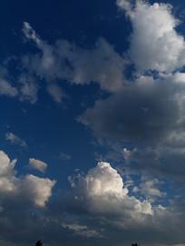 反光的白云
