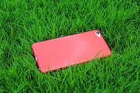 草地红色手机