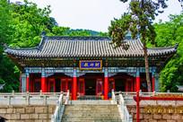 千山财神庙财神殿与树木