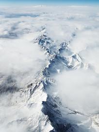 被云笼罩着的连绵山脊