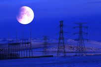 圆月下电力铁塔