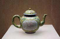 绿地粉彩开光花卉纹茶壶