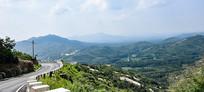 远山和登山道路