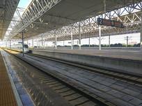 高铁缓缓进站