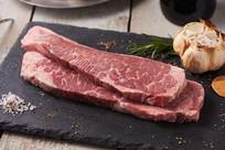 两条生牛肉