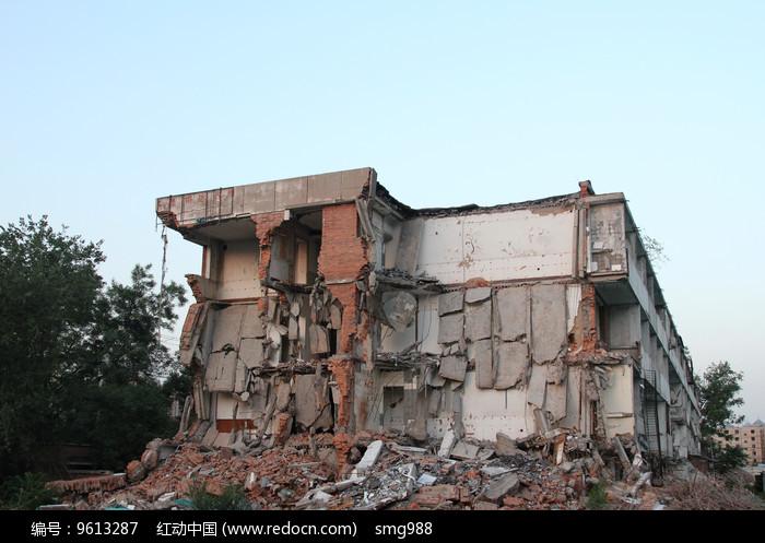 倒塌的拆迁大楼图片