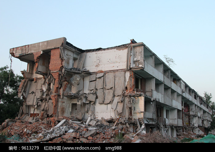 倒塌破败的拆迁工地大楼图片