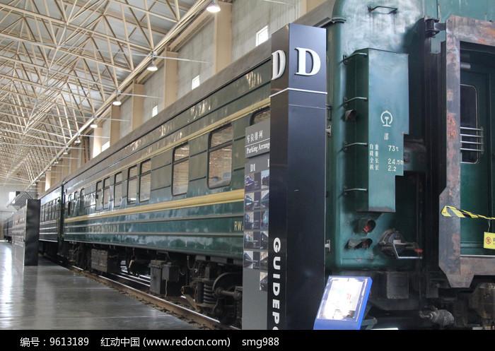 老式绿皮火车车厢图片