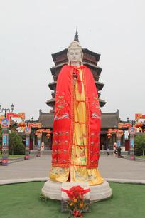 应县木塔前观音披红袍雕像