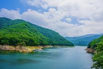 本溪关山湖水库与两岸山峰