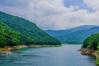 本溪关山湖水库与山峰白云