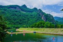 本溪关山湖下游河道河岸与山峰