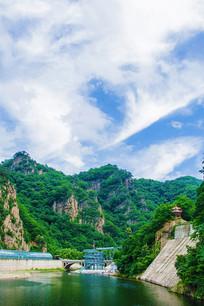 关山湖高空玻璃漂流与群山白云