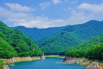 本溪关山湖水库与群山环绕