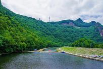 本溪关山湖下游河岸与植被山峰